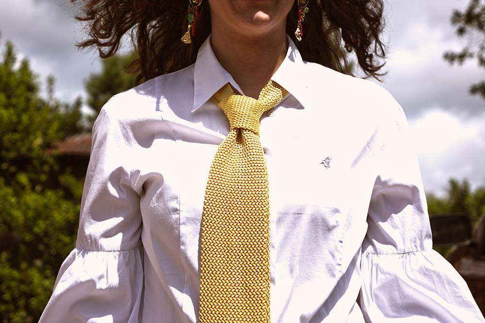 donna in cravatta