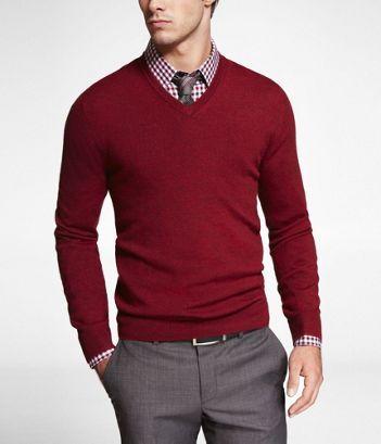 Pantalone grigio e maglione rosso