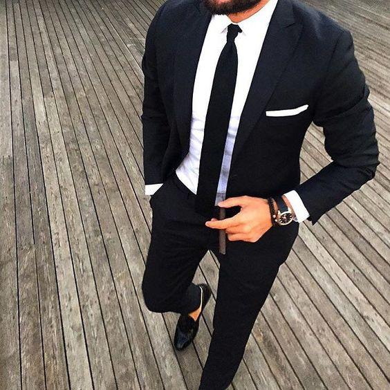 Cravatta nera su camicia bianca