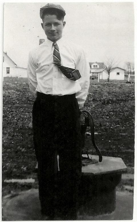 Foto antica di ragazzo in cravatta