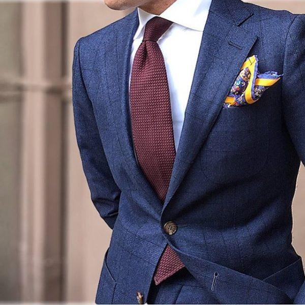 cravatta bordeaux bordò con abito blu