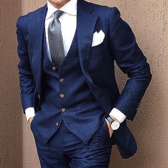 Vestito blu camicia bianca e cravatta