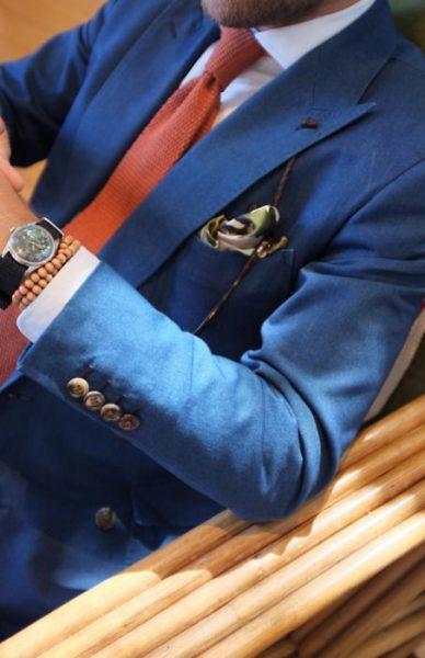 cravatta rossa con un vestito blu