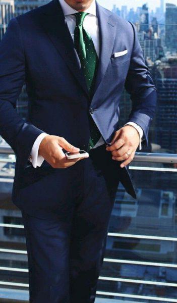 cravatta verde su un abito blu elegante