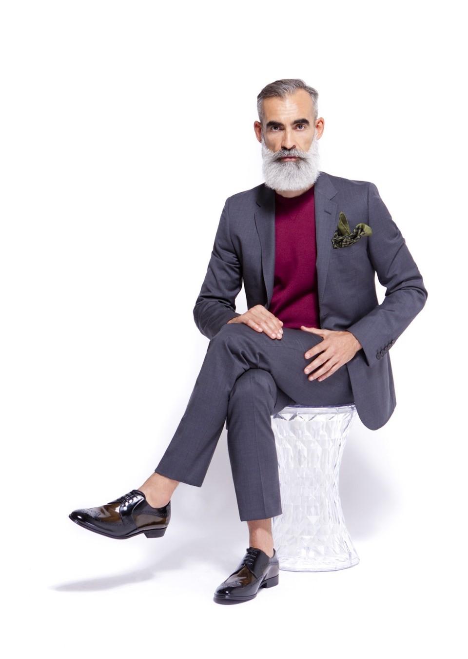 abito uomo senza camicia con fazzoletto da taschino