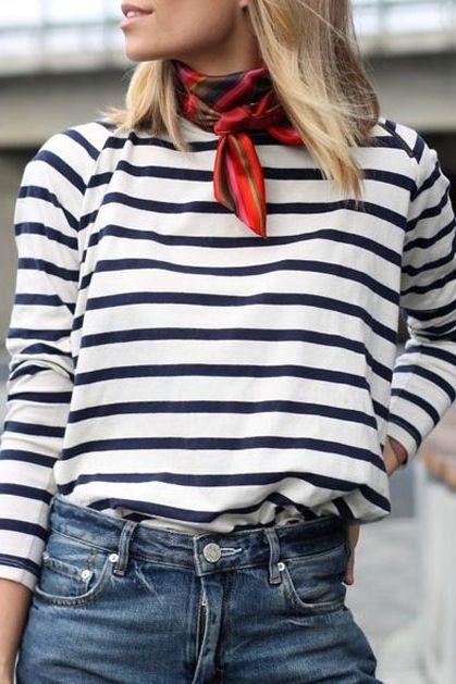 Outfit femminile con sciarpa in seta twill