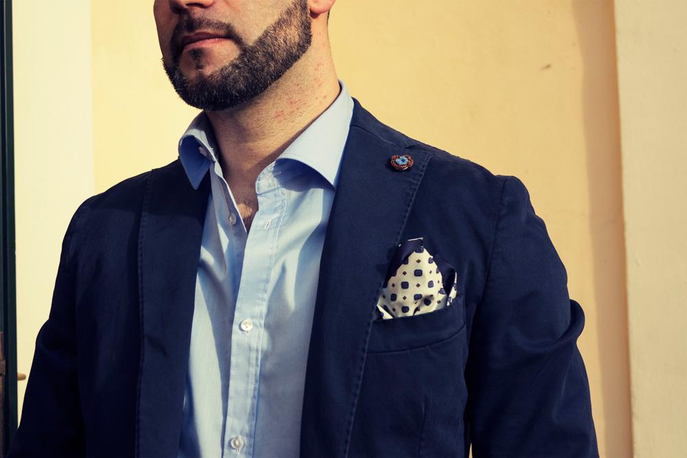 fazzoletto da taschino e spilla da giacca a fiore