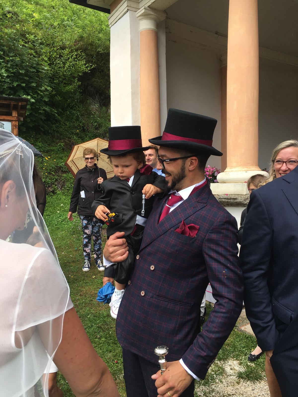 Cappello personalizzato con una fascia in seta viola