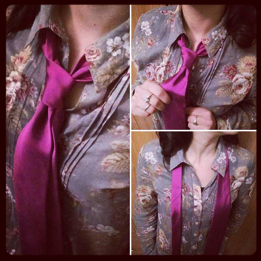 cravatta rosa su camicia floreale