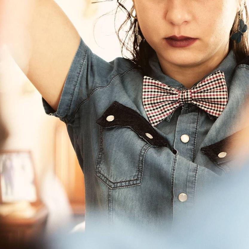 donna con papillon e camicia jeans