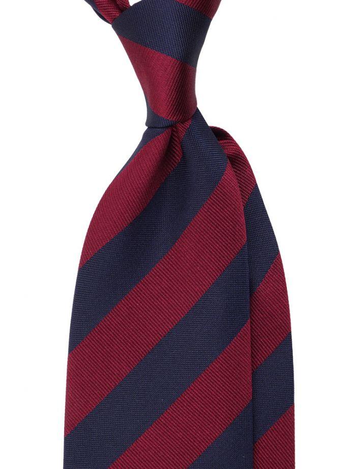 cravatta regimental a nastro: le righe si trovano ad una distanza regolare
