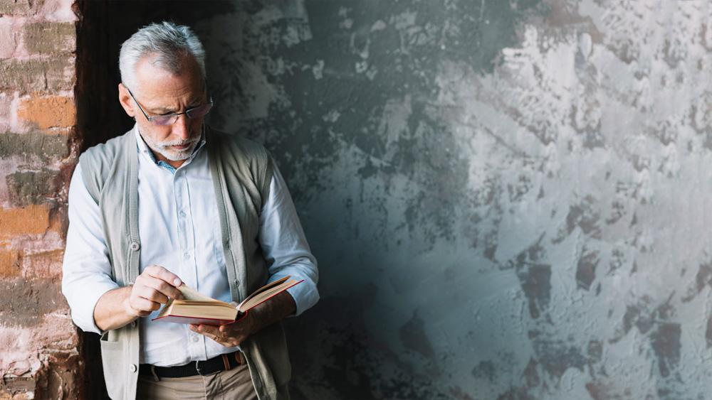 uomo legge libro