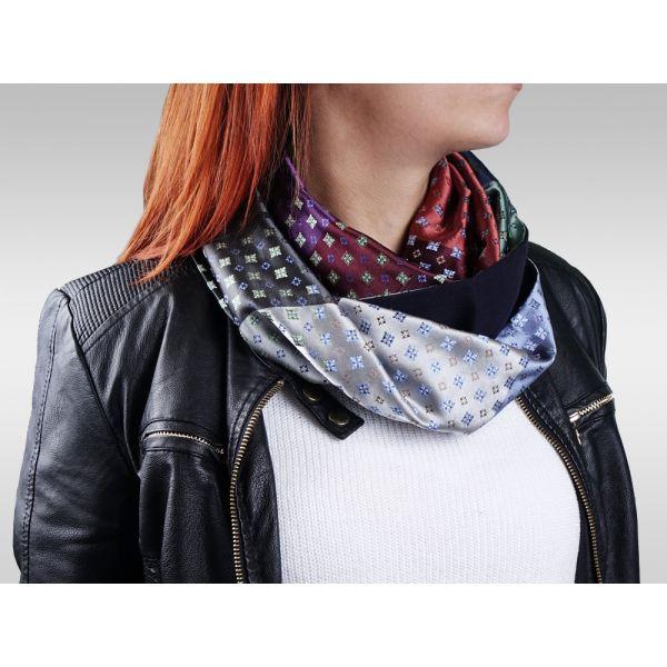 Sciarpa Infinity DM Ties in seta tessuta e lana modal indossata da donna con giubbotto bomber in pelle nera