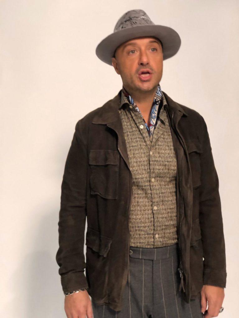 Joe Bastianich outfit foulard dietro le quinte di Italia's Got Talent