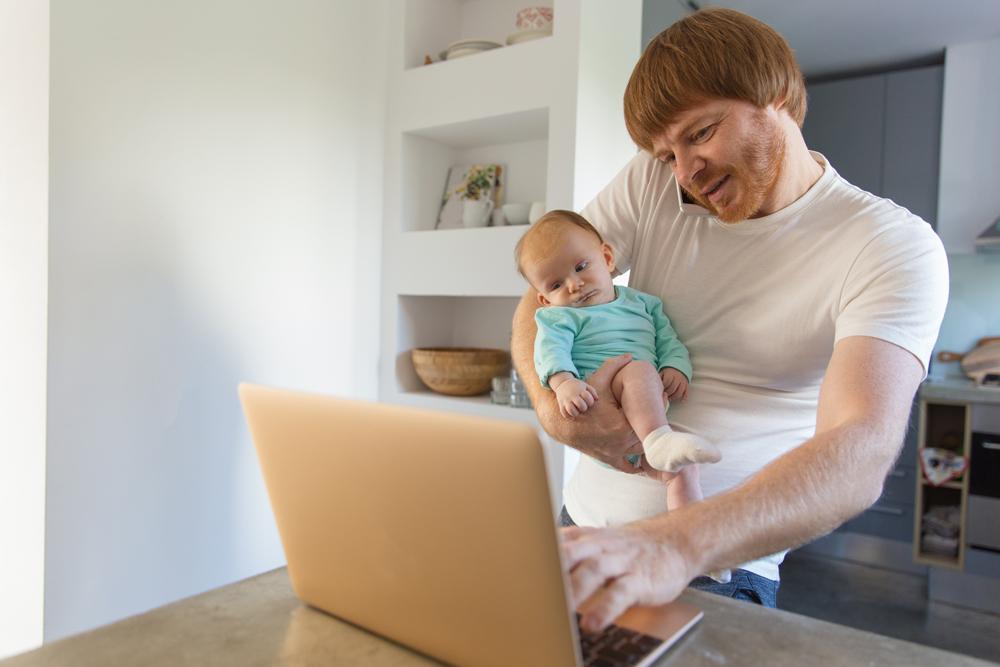 padre con figlio piccolo in braccio