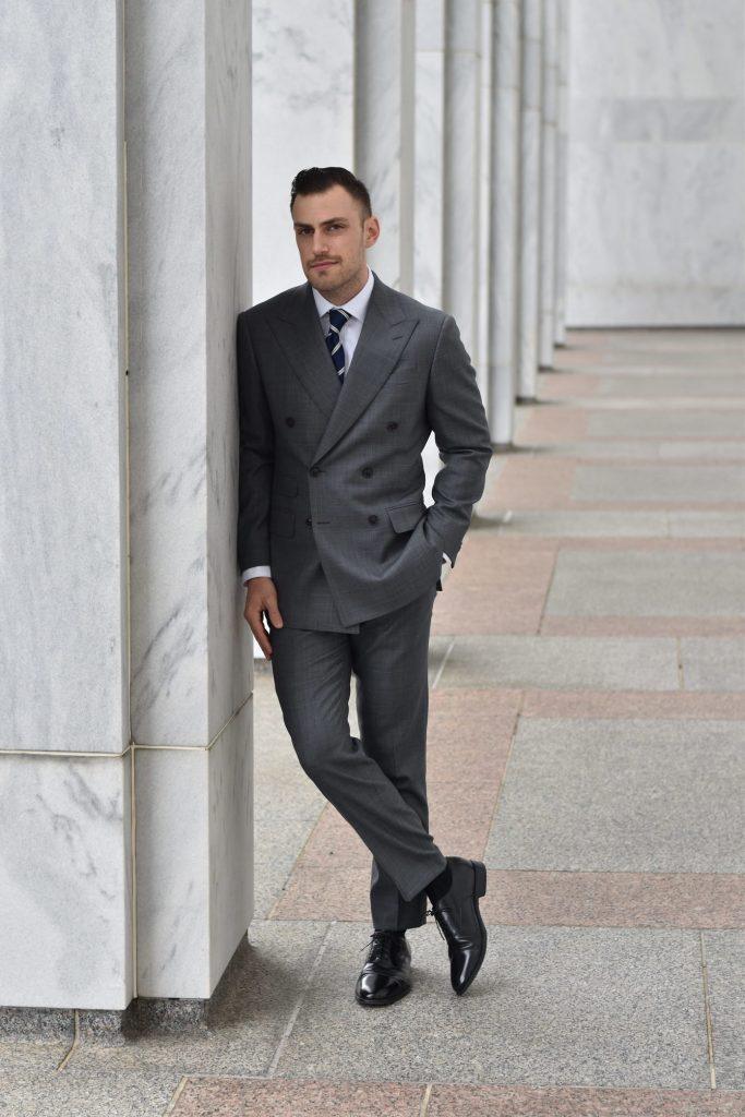 vestito grigio colloquio di lavoro
