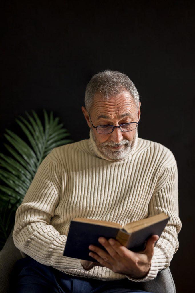 uomo elegante che legge