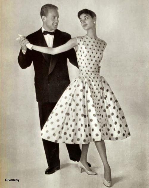 coppia con donna vestita con abito a pois