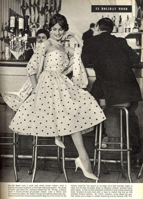 foto vintage donna con vestito a pois al bar