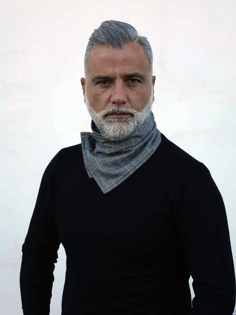 modello che indossa scalda collo dm ties grigio