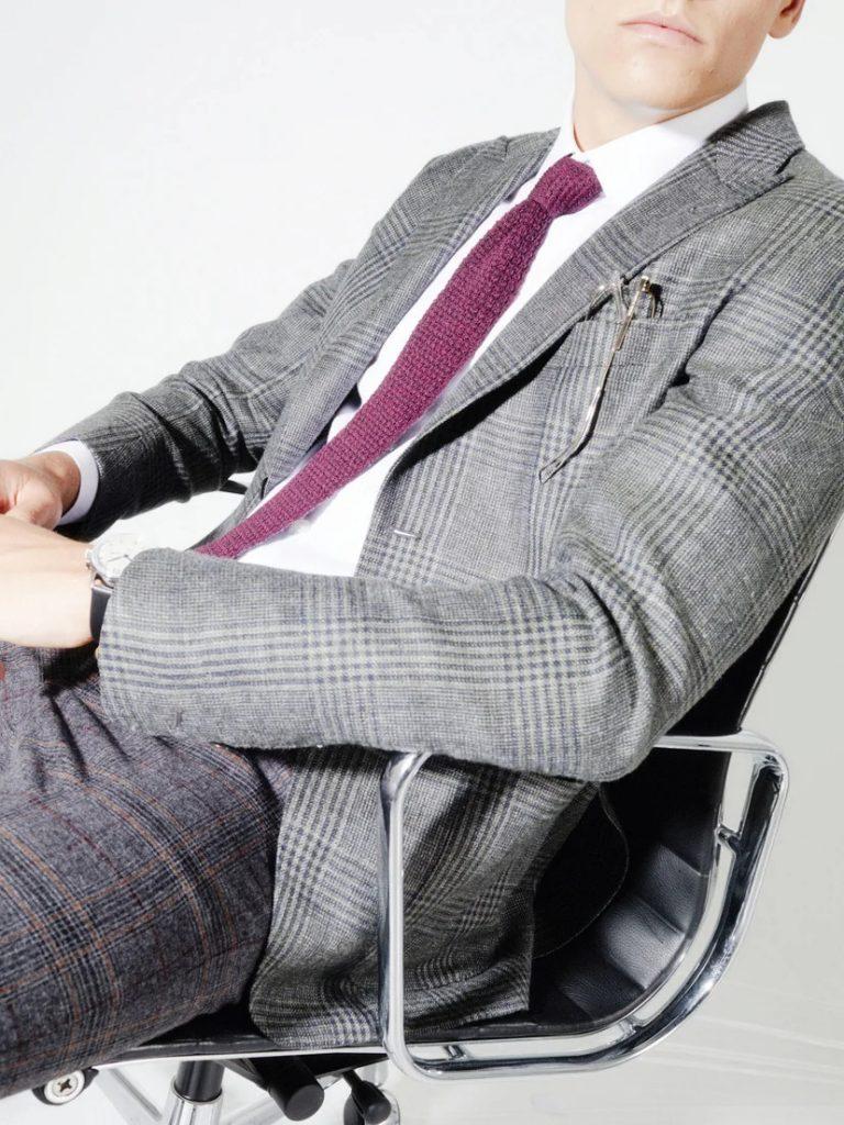 cravatta a maglia con giacca e pantaloni a quadri