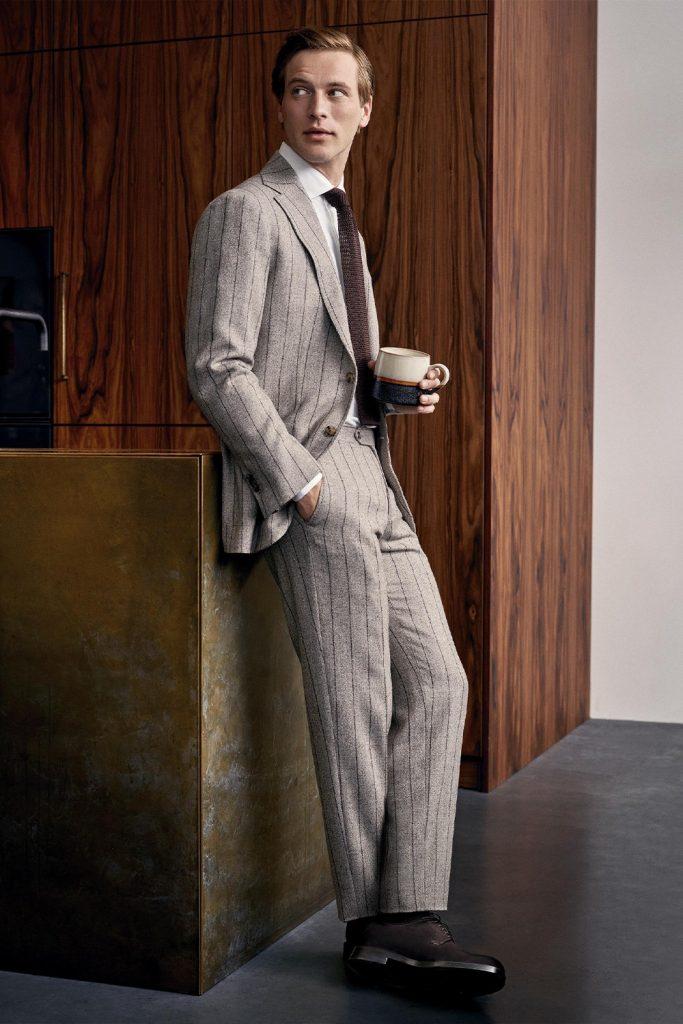 cravatta a maglia con abito gessato
