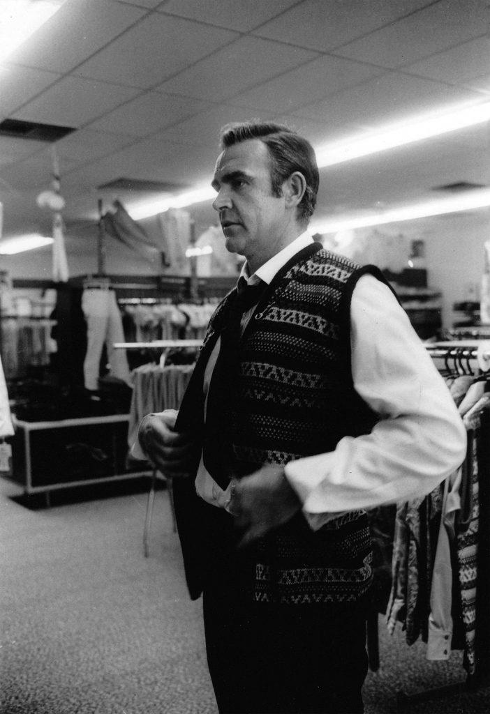 Un maglione contro il freddo. Sean Connery compra un maglione a Las Vegas durante le riprese di Diamonds Are Forever, 1971.