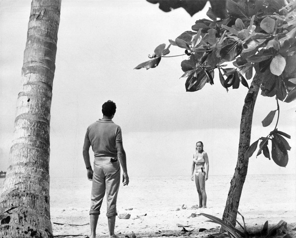 1962. Sean Connery e Ursula Andress.