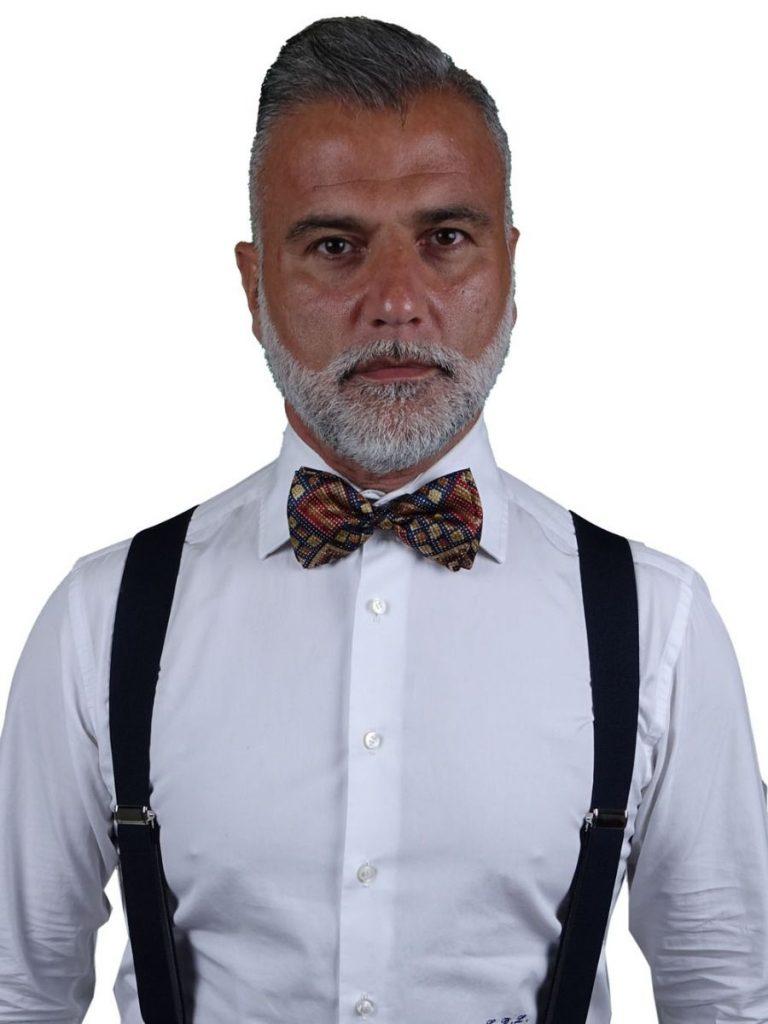 uomo che indossa una cravatta a farfalla, o papillon