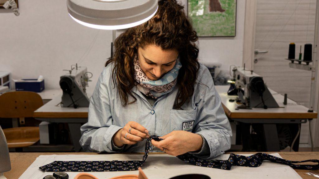 lavorazione di una cravatta fatta a mano