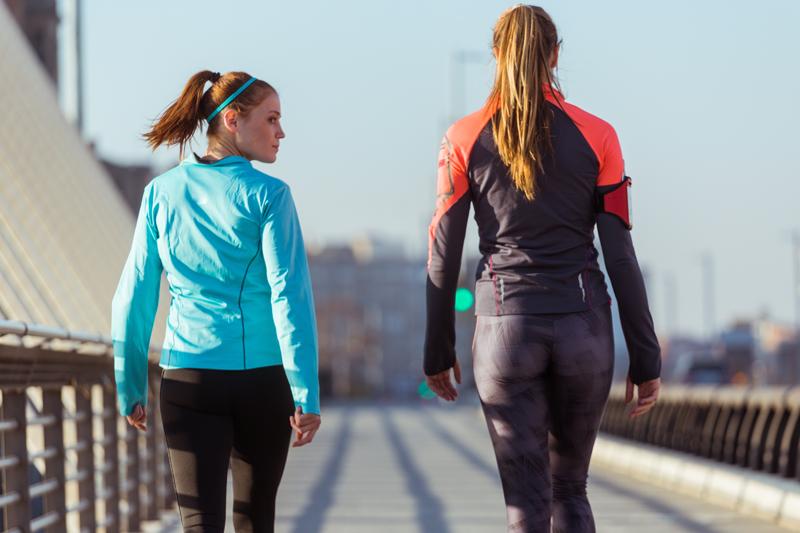 donne che passeggiano facendo attività fisica