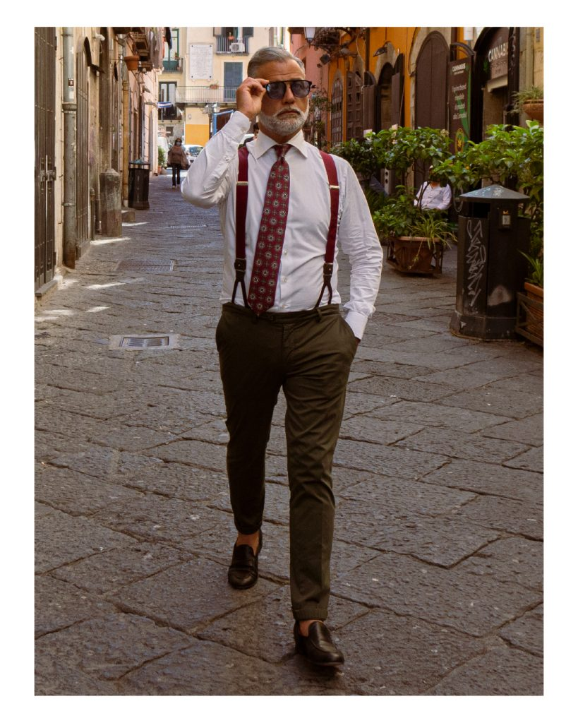 Fotomodello di nome Roberto De Angelis sfoggia cravatta 5 pieghe sartoriale denominata Trento, fatta a mano alla DM Ties