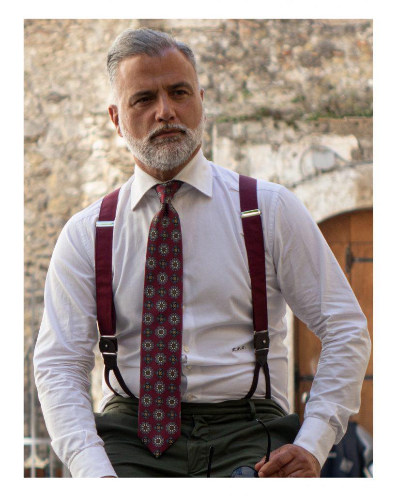 Primo piano di fotomodello che indossa cravatta 5 pieghe sartoriale denominata Trento, fatta a mano alla DM Ties