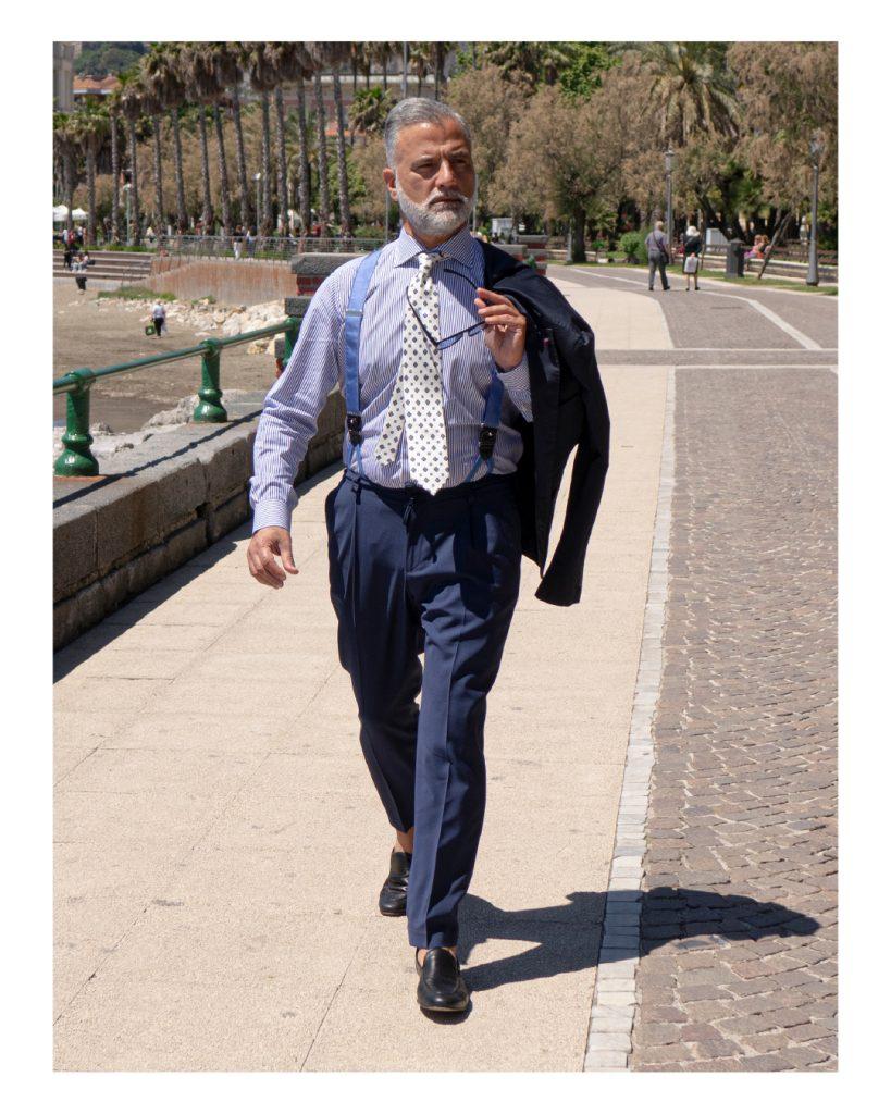 Roberto De Angelis indossa una cravatta bianca fatta a mano nel laboratorio sartoriale DM Ties