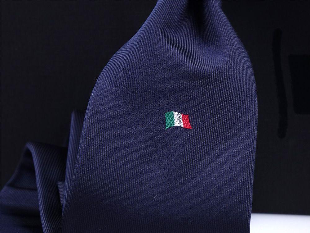 cravatta blu scuro dm ties per fondazione tender to nave italia. dettaglio del ricamo della bandierina italiana
