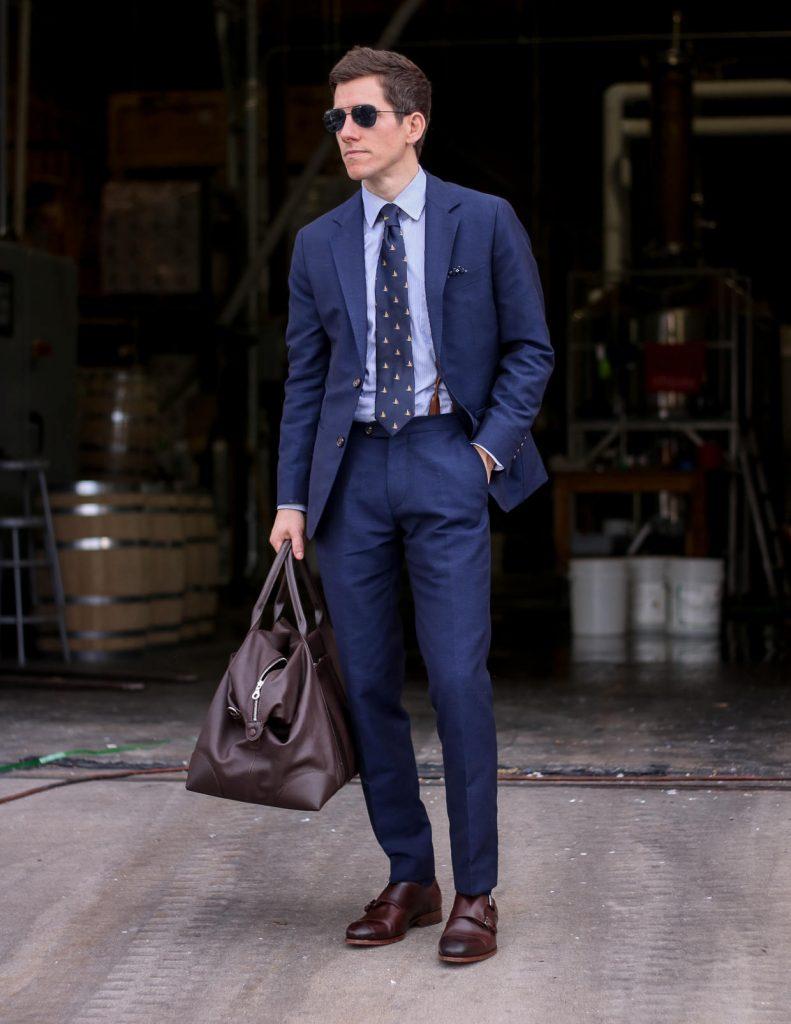 cravatta blu scuro con vestito blu