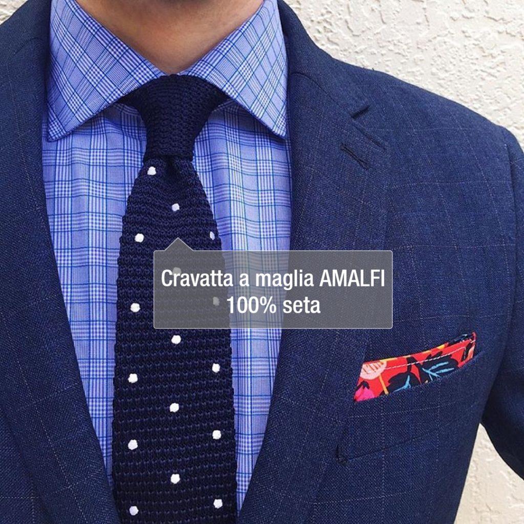 cravatta blu a maglia a pois abbinata a una giacca blu
