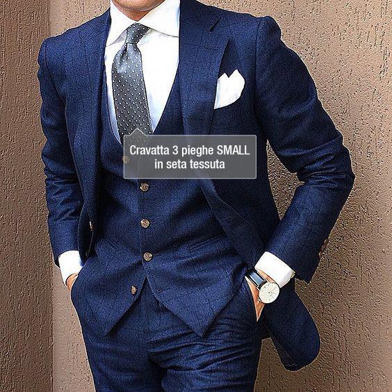 esempio di abbinamento di una cravatta grigia ad un abito blu
