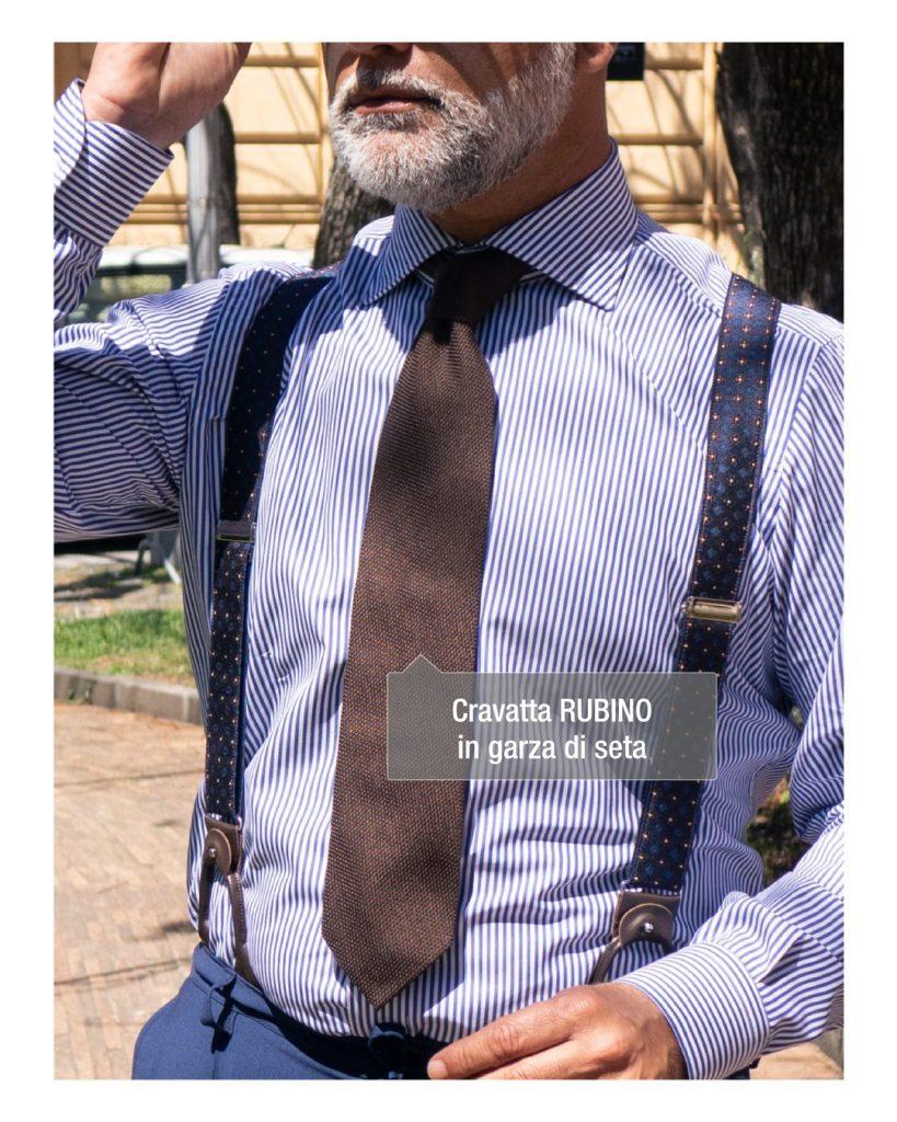 cravatta marrone fatta a mano su outfit blu