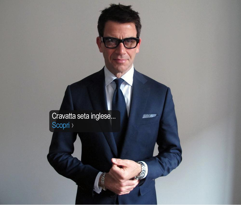 Geometria e proporzioni impeccabili fra giacca camicia e cravatta blu