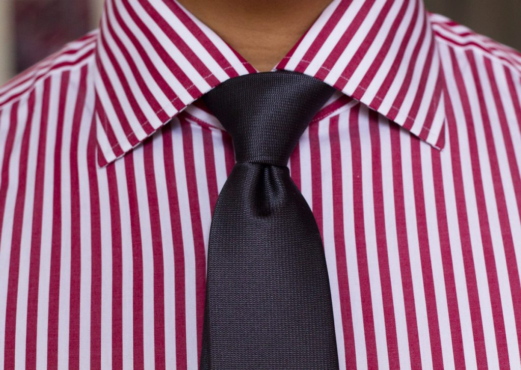Le giuste dimensioni del colletto della camicia e il nodo di cravatta adatto a un viso normale ovale