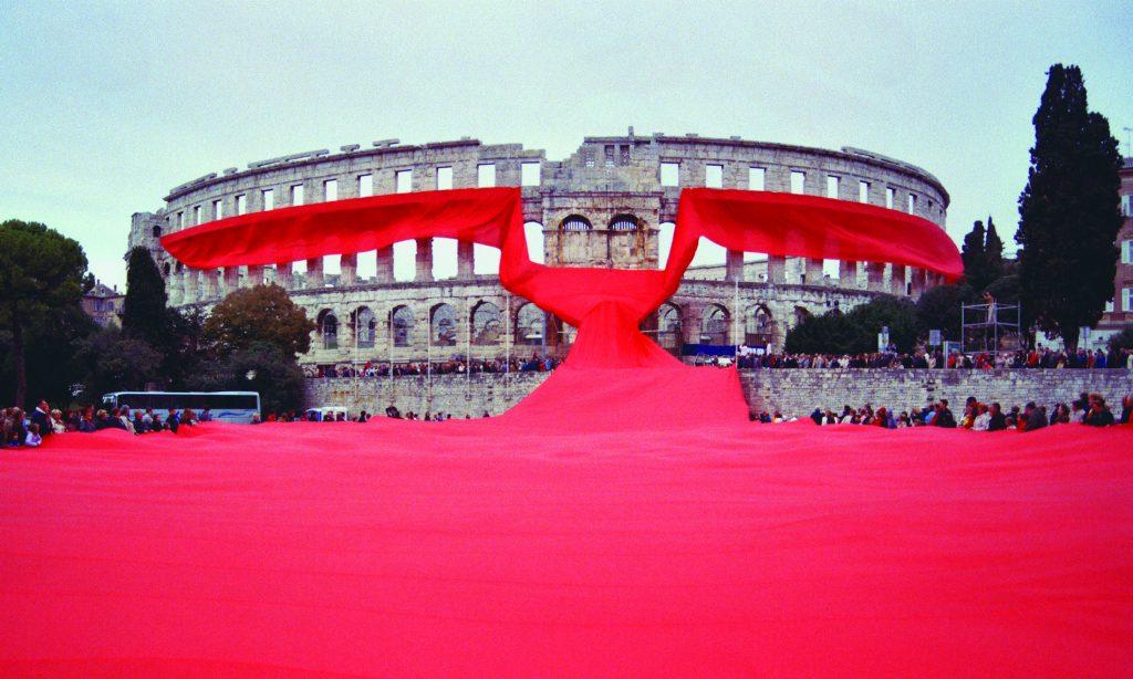18 ottobre 2003, Croazia: l'Academia Cravatica avvolse intorno all'arena romana di Pola una gigantesca cravatta rossa, per rendere omaggio al simbolo dell'identità nazionale del Paese.